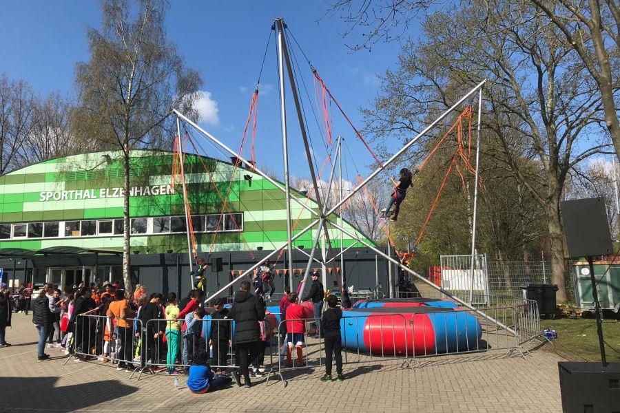 De Bungee Trampoline opgesteld met opblaasbare trampolines!