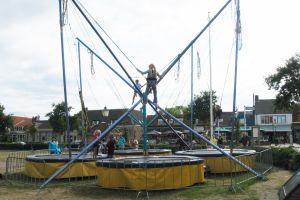 Met deze bungee trampoline worden hoge sprongen van 8 meter gemaakt ! attractieverhuur De Toren begeleid iedere deelnemer tot de hoogte die ze graag willen.