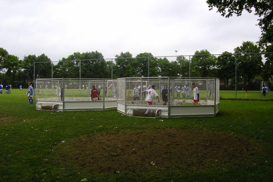 Pannakooi 1 x 1;  zijn 2 teams die strijden voor panna; Attractieverhuur de Toren heeft meerdere kooien te huur.