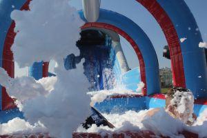 Opkommend schuim in schuimbad van ice run stormbaan.Attractieverhuur de toren heeft deze nu nieuw.