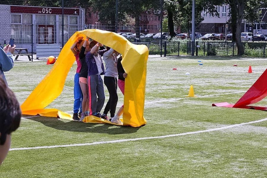 In de Fun slang loop je aan binnenzijde , zodat je goed moet samenwerken.