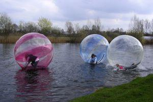 Waterballen huren op open water. Bij Attractieverhuur De Toren huurt u goedkoop en tegen de laagste prijsgarantie.
