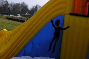 Met deze base jump xxl is de sprong meer als 4 meter.Attractieverhuur De Toren heeft meerdere modellen.
