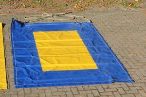 Vliegend tapijt zeskampspel is in meerdere kleuren te huur bij attractieverhuur De Toren.