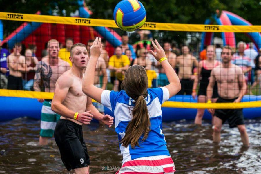 Watervolleybal word gespeeld met 10 deelnemers.