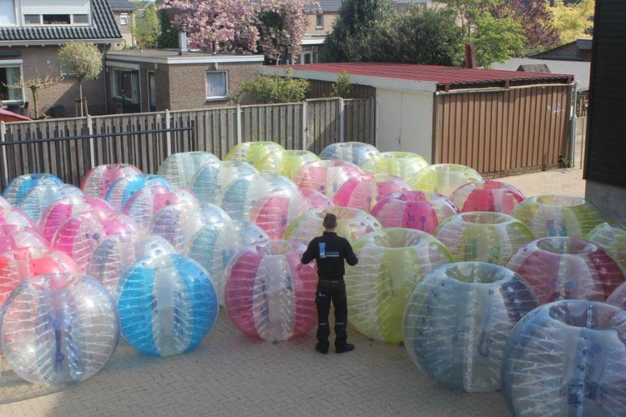 Pannavoetbal kan ook met bumperballen worden gespeeld.Deze verhuur optie kan met 3x1x1 opblaasbare pannaveldjes.