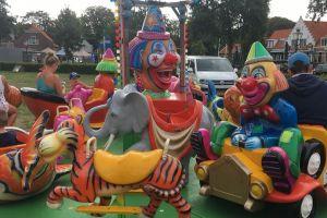 Welke kinderen draaien mee een rondje om de clown?