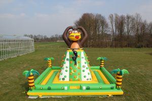 Luchtkussen Klimtoren-aap met 4 deelnemers is deze attractie bij iedere zeskamp in te zetten.
