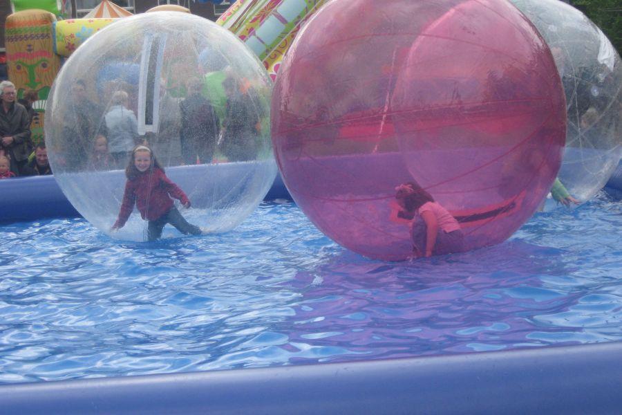 Waterballen met bad is inzetbaar op ieder evenement.Huur bij attractieverhuur De Toren.