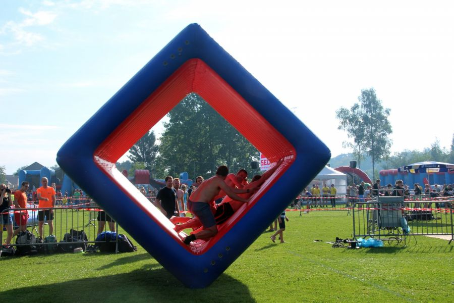 Attractie flip- it is geschikt voor alle onderdelen zeskamp. Vraag bij attractieverhuur De Toren voor tips om flip- it' s te gebruiken. !