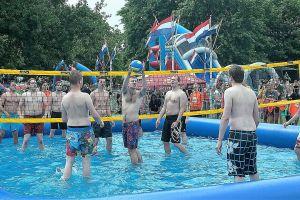 Watervolleybal ideeal voor grote zeskamp- teams, kan 6 tegen 6 gespeeld worden.