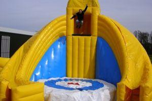 Base jump opblaasbaar, hiermee kun je wel tot 5 meter naar beden springen.