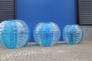 Deze Bubble vioetbal zijn in blauw, maar ook in andere kleuren te verkrijgen.