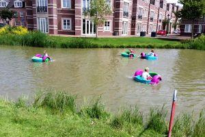 De waterbootjes kunnen ingezet worden in open water.U krijgt van Attractieverhuur gratis reddingsvest bij ieder waterbootje.