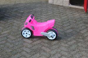 Deze rose loopauto is onderdeel van de speelhoek- attractieverhuur de Toren verhuur deze nieuw in zijn assortiment.