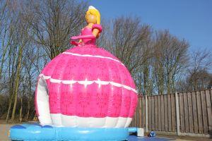 Springkussen Barbie met goude haren en rosejurk, heeft Barbie een princes uitstraling.