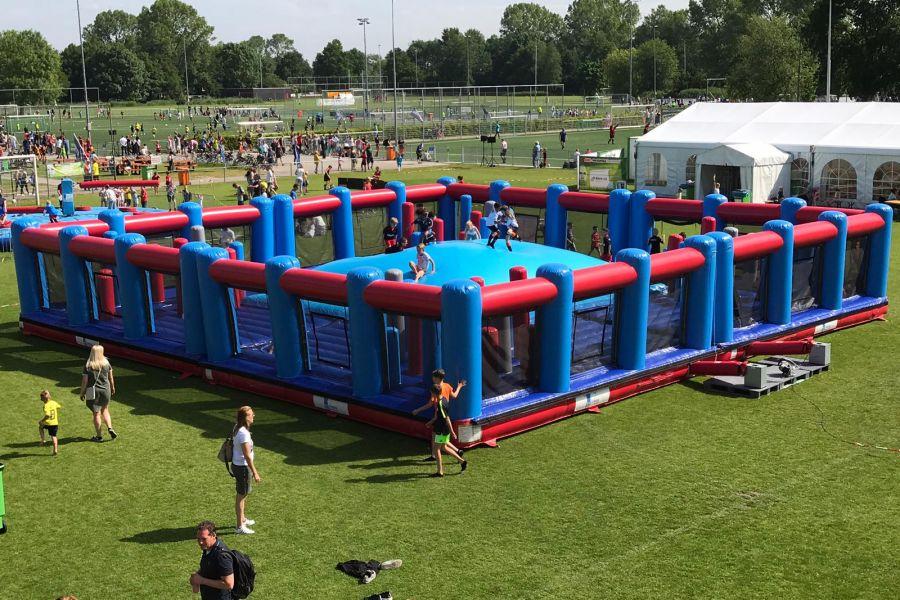 Een luchtkussen van wereldformaat in mooie kleuren. Tot wel 50 kinderen tegelijk plezier!