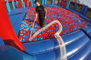 Ballenbakballen worden schoon gemaakt met spec stofzuiger.
