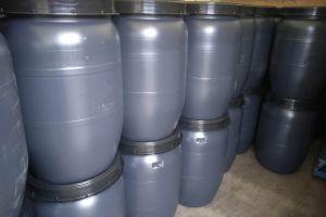 Opgestappelede watertonnen klaar voor transport.