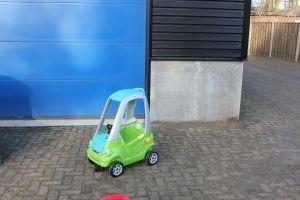 Deze loopauto is onderdeel van de kinder speelhoek van attractieverhuur De Toren
