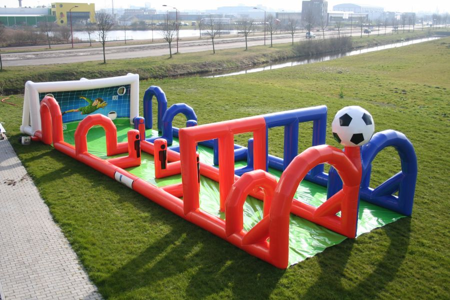 Voetbal dribbel-baan kun je spelen op iedere ondergrond.