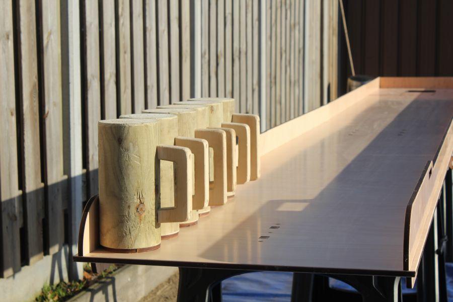 XL Bierpulbaan word met 6 bierpullen gespeeld en is te huur bij Attractieverhuur De Toren.