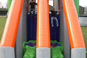 Skyswing toren is de stormbaan waar iedereen jaloers op zal zijn.Huur deze voor u evenement bij Attractieverhuur De Toren.