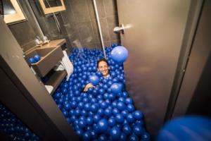 Alle ballen in de badkamer vol gestort met ballenbakballen.Nu huren bij Attractievwerhuur de Toren