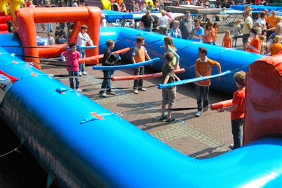 Levendtafelvoetbal spel word met 10 deelnemers gespeeld; Attarctieverhuur De Toren verhuurt dit model.