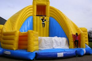 Attractieverhuur de Toren heeft enigste Base jump xxl in zijn assortiment.