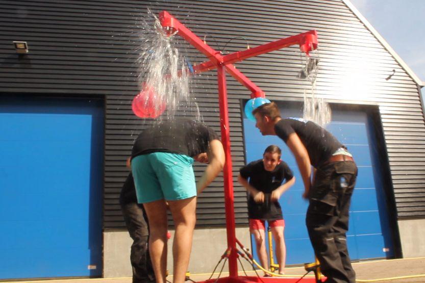 Ballonnenspel in aktie met pompen waterballon tot klap- moment !
