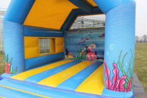 Springkussen Haai; geschikt voor elk evenement. Nu te huur bij Attractieverhuur De Toren.