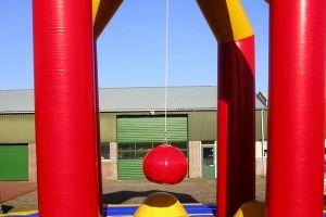 Slingerbal word gespeeld met ronde bal (sloopkogel).