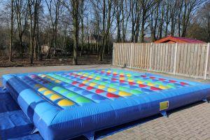 Twister opblaasbaar is een spel waar deelnemers op een opblaasbare mat spelen.