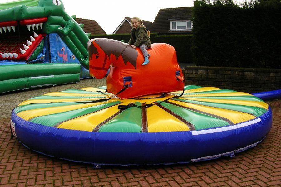 Trek Paard is een kinderspel wat zeer geschikt is voor kleine zeskamp.Huren van het trekpaardkunt bij Attractieverhuur De Toren.