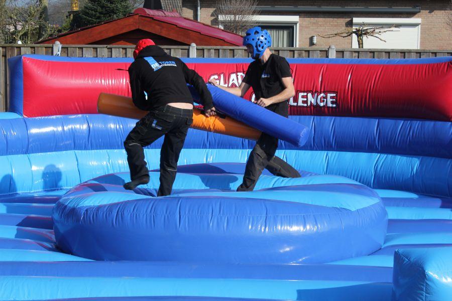 Gladiator luchtkussen word ingezet bij competitiespel en zeskamp onderdelen.