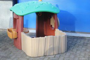 Speelhuisje voor kleuters in een speelhoek.