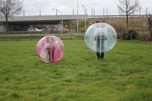 Bumperbal en bubblevoetbal hebben de gelijke benaming.