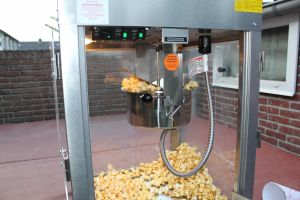 Poffertjes kraam waar je gratis popcorn uitdeelt; deze verhuur optie heeft Attractieverhuur De Toren.
