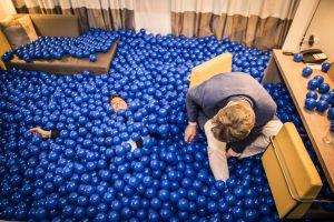 35 cm aan ballenbakballen in Hotelkamer als bedrijfsfeest.