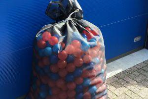 Zak met ballen klaar voor transport