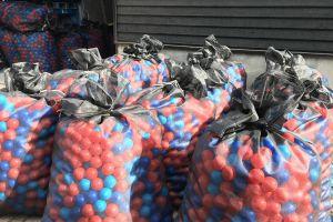 Iedere zak die aangeleverd word aan klant, zitten 1000 ballen per zak.
