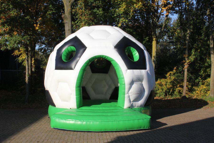 Springkussen Voetbal; als het thema voetbal is dan is dit springkussen zeer geschikt.nu te huur bij Attractieverhuur De Toren.