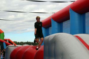 Stormbaan Mega Balls enkelvoudig; geschikt voor elk evenement. Nu te huur bij Attractieverhuur De Toren.