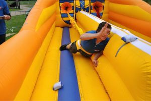 Bungeerun met als doel een terug trekkend elastiek die deelnemer verrast!