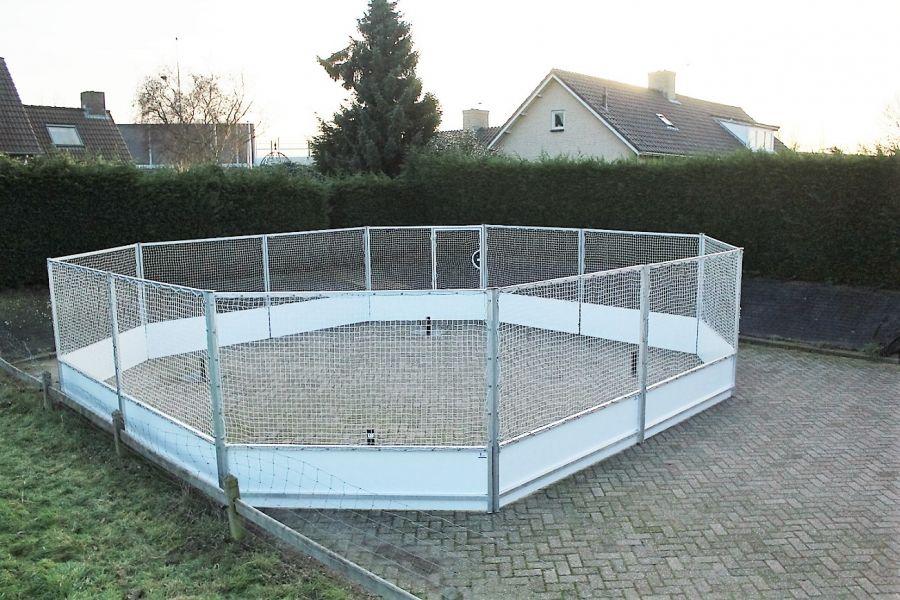 Paaltjes voetbal (battle soccer) word  in alluminiumkooi gespeelt. Nu bij Attractieverhuur De Toren te huur.