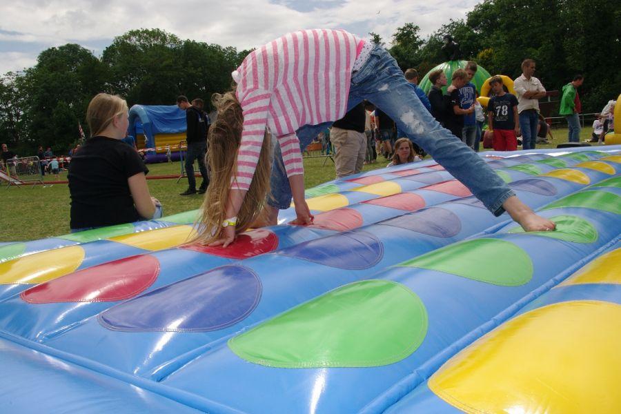 Deze opblaasbare Twister is een lust voor het oog.Het Twisterspel is voor kinderen en volwassenen te gebruiken.