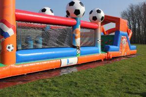 Hindernisbanen altijd succes op iedere schoolzeskamp.Goedkoop te huur bij Attractieverhuur De  Toren.