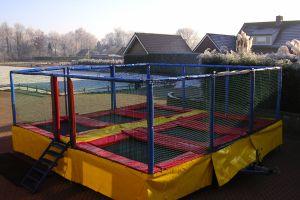 Multi trampoline is een 6 voudige trampoline op aanhanger en enkel bij Attractieverhuur de Toren te huur.