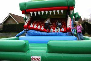 Springkussen krokodil met bewegende bek, pas op deze krokodil eet kinderen op !